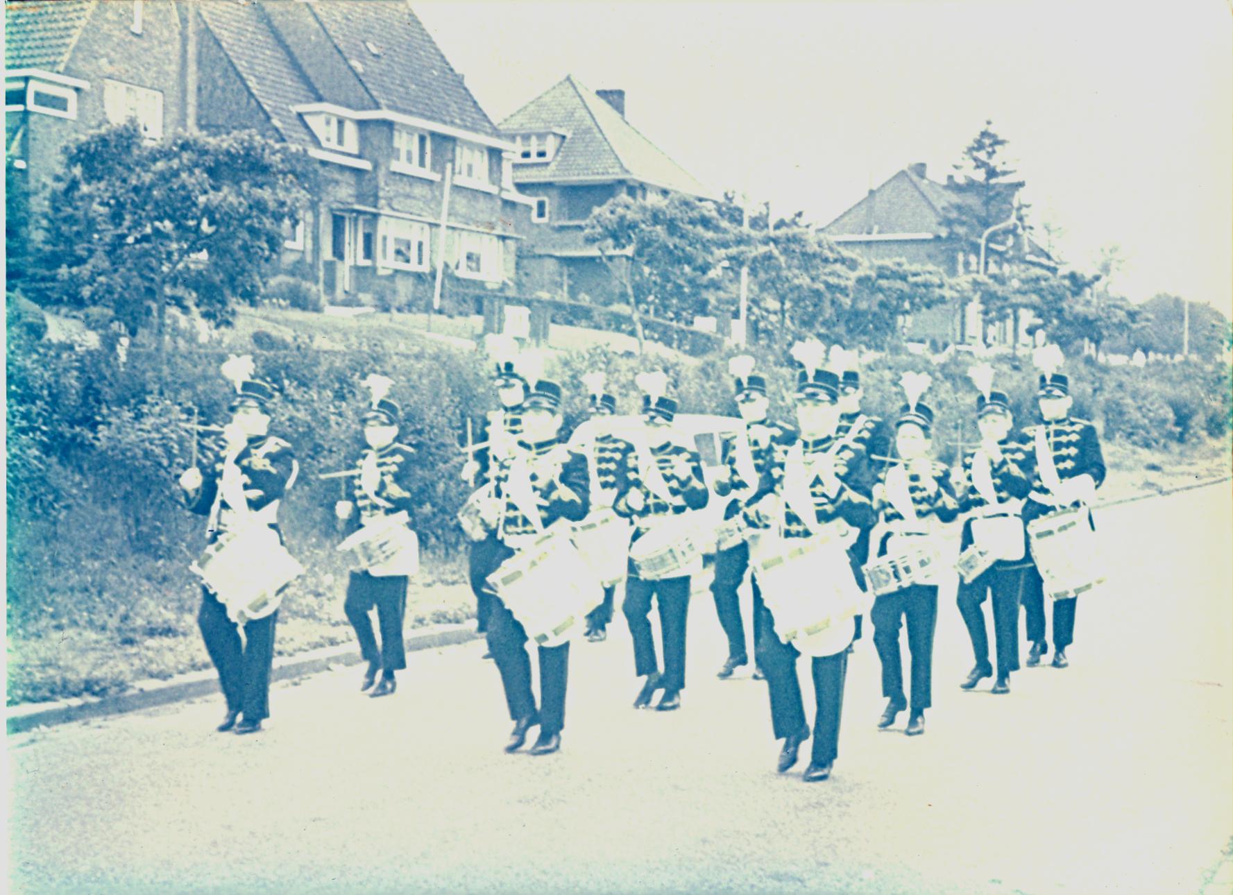 Drumband in de oude uniformen