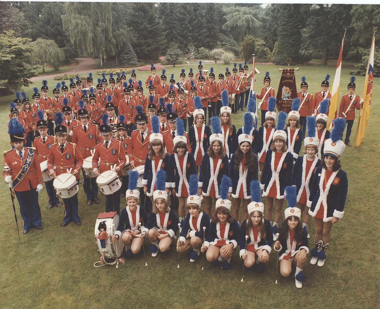 De vereniging in gloriejaren in de rode uniformen tussen het 110 en 125 jarig bestaan. Let op het grote aantal leden!